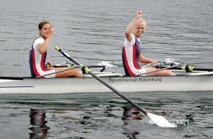 Frieda Hämmerling (rechts) nach ihrem Sieg um U17-Finale mit Doppelpartnerin Annemieke Schanze.