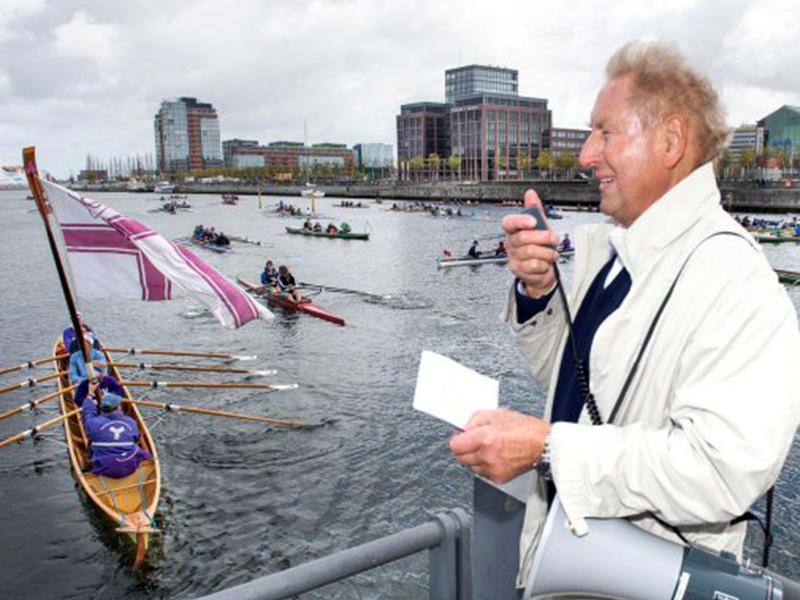 """Beim Anrudern der Kieler Rudervereine in der Hörn schickte Obmann Uwe Zwingmann die Boote unter dem Leitsatz """"Wir nehmen dich mit ins Boot"""" in die neue Saison."""