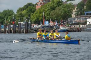 """Im Familienboot """"Die Wulfis"""" holte Sönke Wulff (2. von links) mit seinen Söhnen Max (von links), Julius, Frederik und Valentin beim Expertenrennen den ersten Platz. Foto: Janssen"""